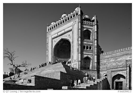 54m-high gate built to commemorate Akbar's victory in Gujarat, Dargah mosque. Fatehpur Sikri, Uttar Pradesh, India (black and white)