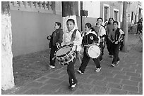 Children with drums. Guanajuato, Mexico (black and white)