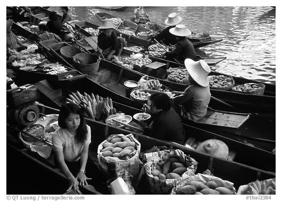 Fruit sellers, floating market. Damnoen Saduak, Thailand (black and white)