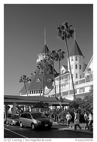 Entrance of hotel del Coronado, with cars and tourists walking. San Diego, California, USA