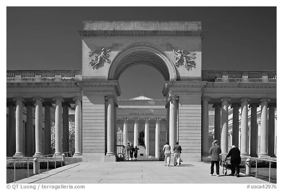 Entrance of  Palace of the Legion of Honor museum with tourists. San Francisco, California, USA