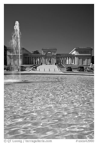 Fountain and Palace of the Legion of Honor, Lincoln Park. San Francisco, California, USA