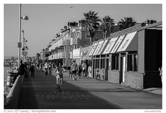Beachfront promenade, Hermosa Beach. Los Angeles, California, USA (black and white)