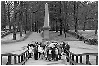School children and memorial obelisk, Minute Man National Historical Park. Massachussets, USA ( black and white)