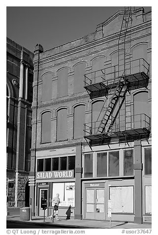 Brick building, downtown. Portland, Oregon, USA (black and white)