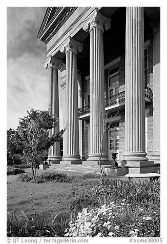 Columns on side of old courthouse museum. Vicksburg, Mississippi, USA (black and white)