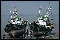 Boats at low tide. Mumbai, Maharashtra, India ( color)