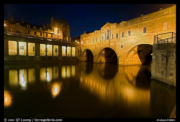 Pulteney Bridge, and quay reflected in River Avon at night. Bath, Somerset, England, United Kingdom