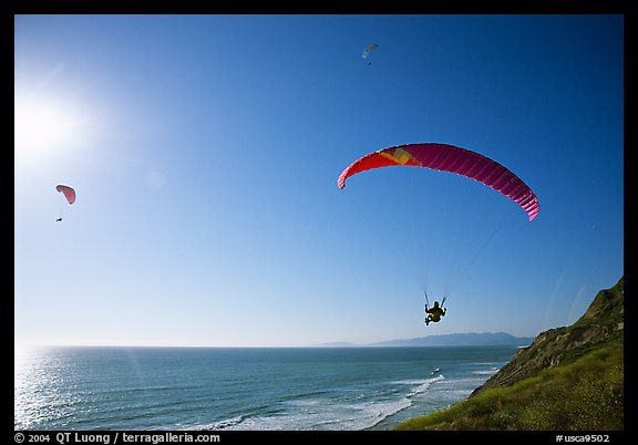 Paragliders soaring above the Ocean, the Dumps, Pacifica. San Mateo County, California, USA